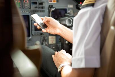 A US report has warned that the presence of smartphones and tablets on aeroplanes had increased the risk of in-flight cyberattacks