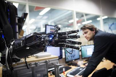 Researchers at the Institute of Robotics and Intelligent Systems are trying to understand how humans manipulate objects in order to reproduce gripping movements with an anthropomorphous artificial hand