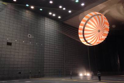 InSight's parachute is tested at Nasa's Ames Research Centre in February 2015. The wind tunnel is 24 meters tall and 37 meters wide