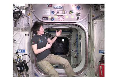 Samantha Cristoforetti explains how the Columbus hatch works in the ISS