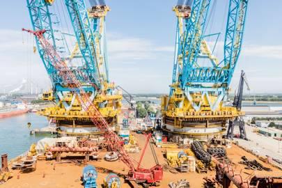 Saipem 7000's two cranes
