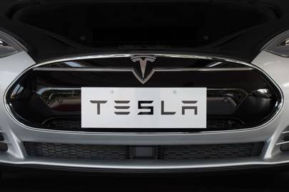 Elon Musk starts rolling out the Tesla Autopilot update